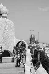 La Pedrera e la Sagrada Familia (Mariene Valesan) Tags: casamila lapedrera gaudi antonigaudi architecture architecturephotography arquitetura sagradafamilia barcelona espana espanha spain bw bnw blackandwhite travelphotography travelphoto travel monochrome