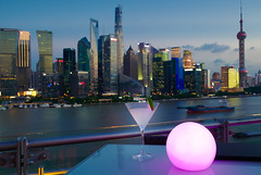 TOPS Skybar at Banyan Tree Shanghai (Bokeh & Travel) Tags: tops skybar banyan tree luxury hotels hotel bund shanghai skyline skyscrapers panorama landscape cityscape china bluehour cocktails drinks city citylights nightlights nightimage nightlife blueevening handheld bar banyantree thebund architecture dof sunset sunsetcolors colorful beautiful sunsetlight goldhour glass cocktail pudong river