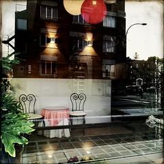 6h45 am, un peu tôt pour un brin de jasette... (woltarise) Tags: reflets building ballons entrée rachelest rue décor appartements couleurs hipstamatic streetwise iphone7
