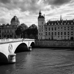 Change Sides (Thomas Listl) Tags: thomaslistl blackandwhite noiretblanc biancoenegro paris france water river waterscape seine bridge architecture pontauchange îledelacité conciergerie archbridge square monochrome sky clouds 24mm wideangle