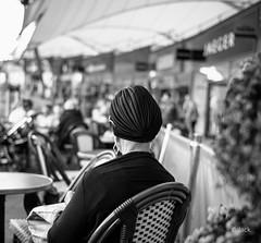 waiting (Jack_from_Paris) Tags: l2011679bw leica m type 240 10770 leicasummicronm35mmf2asph 11879 dng mode lightroom capture nx2 rangefinder télémétrique bw noiretblanc monochrom wide angle sac shopping femme woman couvre cheveux dof