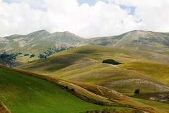 landscape castelluccia 2 (atsjebosma) Tags: landschap bergen clouds wolken gras weg atsjebosma castelluccia umbria italy summer august 2018 coth5 ngc npc