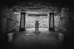 Catacombes, Paris, France (pas le matin) Tags: monochrome paris france catacombes ossuaire dark sombre creepy bones os crâne skull underground souterrain canon 350d canon350d eos350d canoneos350d nb bw noiretblanc blackandwhite travel voyage world