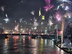Feuerwerk (Andreas Gugau) Tags: reportage nacht neujahr silvester feuerwerk raketen lichter frankfurt hessen deutschland deu skyline wolkenkratzer stadt