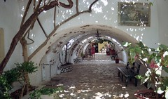 Κέρκυρα, στην αυλή της Μονής Παναγίας Παλαιοκαστρίτσας. (Giannis Giannakitsas) Tags: greece grece griechenland κερκυρα corfu παναγια μονη παλαιοκαστριτσα φιλμ canon eos 650 slr 35 mm film camera