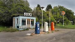 GULF, gammal bensinstation, mellan Katrineholm och Nyköping, 2018-08-19 (Torgil Jarnling) Tags: gulf gammalbensinstation mellankatrineholmochnyköping 20180819 oldgasstation altetankstelle