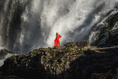 Dancing at the waterfall (Pascal Riemann) Tags: frau norwegen flåm landschaft wasserfall person menschen natur skandinavien landscape nature norge norway outdoor scandinavia people waterfall woman aurland sognogfjordane no
