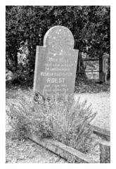 Rust Roest (leo.roos) Tags: grafsteen graf gravestone grave churchyard kerkhof graveyard begraafplaats noiretblanc zeeuwsvlaanderenaugustus2018 a7rii sonyfe24105mmf4goss sony241054 darosa leoroos