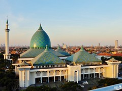 Masjid Nasional Al-Akbar Surabaya (Detta Priyandika) Tags: surabaya suroboyo masjid mosque camii grand büyükşehir kota skyline skyscrapers islam islamic architecture arsitektur kubah kubbe menara minaret domes dome 99 allah
