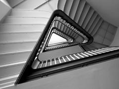 Zackig (frankhurkuck) Tags: treppe stufen geländer rauf runter treppenauge schwarzweis stairs staircase stairway wendeltreppe spiral up down staireye spirale treppenhaus monocrom innen innenansichten hannover niedersachsen norddeutschland bödekerstrasse deutschland germany