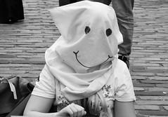 Fringe on the Mile 2018 0154 (byronv2) Tags: edinburgh edinburghfestivalfringe edinburghfringe fringe fringe2018 edinburghfringe2018 festival festivalfringe royalmile oldtown scotland edimbourg candid peoplewatching street sign bag baghead smiley smileyface mask sitting cobbles cobbledstreet road blackandwhite blackwhite bw monochrome