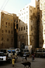 Shibam - street scene 1 (motohakone) Tags: jemen yemen arabia arabien dia slide digitalisiert digitized 1992 westasien westernasia ٱلْيَمَن alyaman kodachrome paperframe