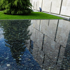 A place to reflect (Something Sighted) Tags: streetphotography scènederue philadelphia philadelphie philly pennsylvania reflections reflets square thebarnesfoundation