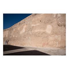 Essaouira (>> Anne) Tags: tataoune maroc essaouira viyagephotographique mur wall ombre lumière shadow ciel sky bleu blue enfant child présentationdinspirationemmanuelsmague murdenceinte murdenceinteest