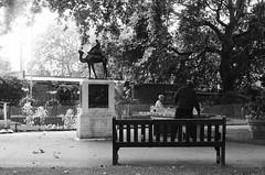 Ping-pong (brnltn) Tags: londres london ping pong pingpong tennis tennisdetable banc parc jardin statue noir blanc noirblanc black white blackwhite arbre argentique analog