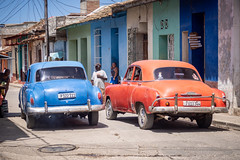 Trinidad-4 (Mariasme) Tags: cuba trinidad cars orange blue passing street vintage old opposites colourwheel matchpointwinner t659