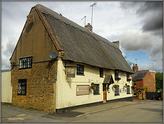 The Kings Head, Long Buckby (Jason 87030) Tags: thekingshead olde old pub inn boozer publichouse village northants longbuckby attempts shot shoot light thatch roof windows cones image lighting 2018 signs sky weather august