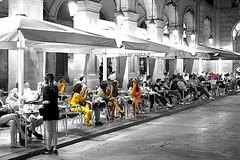 Plaça Reial, a la nit (Fnikos) Tags: street plaça plaza city plazareal plaçareial square door building night nightview column architecture buildingcomplex wall café bar restaurant people blackandwhite outdoor