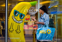 Street - Hello (François Escriva) Tags: street streetphotography paris france candid olympus omd shop fun funny banana woman colors sunglasses yellow green blue bag photo rue