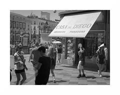 Alboroto madrileño (juan jose aparicio) Tags: callejero street urban bw ciudad city ambient ambiente