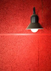 lightsoff (pierre-vdm) Tags: berlin noir rouge blanc schwarz rot weiss black red white nero rosso bianco lampe lamp lumière licht light mur wand wall