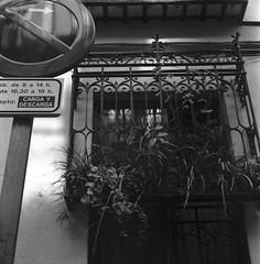 Paisaje urbano, Madrid. (fcuencadiaz) Tags: madrid monocromo twinreflex twinlens mamiyac33 paisajesurbanos analogica fotografiaargentica fotografiaquimica film formatomedio 6x6 sekor byw blancoynegro objetivosfijos objetivosmanuales delta400 ilfosol plustek pelicula