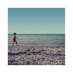 Playeando... (ángel mateo) Tags: ángelmartínmateo ángelmateo playa playadealmerimar elejido almería españa andalucía niño bañista arena grava piedras horizonte soledad