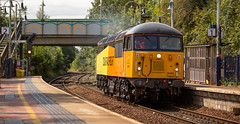 Colas Railfreight Class 56 no 56090 trundles through Kirkby-In-Ashfield Station on 22-08-2018 with a Barnetby to Barnetby Route Learner. (kevaruka) Tags: 56090 class 56 colour colours color colors colas rail freight light engine grid mansfield retford british network locomotive composition summer august 2018 yellow orange black green clouds cloudy day sun sunshine sunny 5d3 5diii 5d mk3 canon eos 70200 f28 is mk2 flickr front page thephotographyblog telephoto trains england train railway railroad tree sky grass colasrailfreight shirebrook kirkbyinashfield mansfieldwoodhousestation canonef1635f28mk2