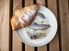 Kleines Dänisches Frühstück (Sockenhummel) Tags: teller croissant fisch snack frühstück breakfast dänemark aarhus hafen iphone