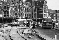 Oude en nieuwe sporen (railfan3) Tags: amsterdam centraalstation centraalstation1975 openbaarvervoer publictransport gvb gemeentevervoersbedrijf centraalstationoost spoorwerkzaamheden amsterdams amsterdamsetrams amsterdamtrams amsterdamsetram lhb gvb750 trams trolleys tramcars tram transport tramsbussen tramstramlijnen autobussen standaardbus gvb456 lijn9 tramway triebwagen civilworks tramtracks tramsporen 1975 tramwagens trammaterieel trammetjes tramwegmaterieel trolley streetcars strassenbahnwagen strasenbahn streetscene nederlandse nederland geledetram8g dubbelgelede gelenkwagen gt8 oudeinfrastructuur lightrail trambusstandplaats buslijn35
