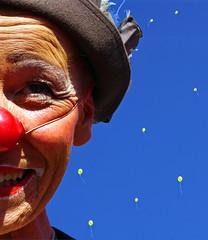 Clown dreaming of yellow balloons (frankhurkuck) Tags: clown luftballons blau gelb rot red yellow blue himmel sky bunt buntstattbraun rotenase rednose