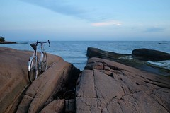 Horizon (Shu-Sin) Tags: velo shusin bicycle beach blue rock horizon lowtide bike cloud french 650b randonneur randonneuse rando chrome