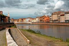 Pisa / Arno river (Pantchoa) Tags: pise italie toscane arno fleuve rivière eau nuages maisons ville berge lungarnogalileogalilei quai clocher horloge reflet réflexion herbe