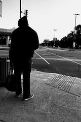 Le magot est dans le sac... (woltarise) Tags: homme sac capuchon sweatshirt autobus attente 6h20am pieix boulevard pierredecoubertin rue intersection tôt calme iphone7 streetwise