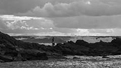 Attention à la vague (Jacques Isner) Tags: guéthary pêcheur mer pentax pentaxart pentaxflickraward pentaxk1 pentaxsmc paysage vagues côtebasque