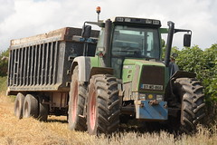 Fendt Favorit 818 Turboshift Tractor with a Beresford Trailer (Shane Casey CK25) Tags: fendt favorit 818 turboshift tractor beresford trailer agro green conna traktor tracteur traktori trekker trator ciągnik grain harvest grain2018 grain18 harvest2018 harvest18 corn2018 corn crop tillage crops cereal cereals golden straw dust chaff county cork ireland irish farm farmer farming agri agriculture contractor field ground soil earth work working horse power horsepower hp pull pulling cut cutting knife blade blades machine machinery collect collecting nikon d7200