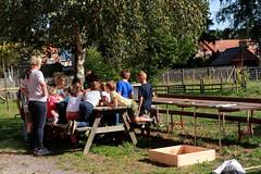 uitleg bijenhotel bouwen (regionaal landschap Schelde-Durme) Tags: waasmunster kinderen pdpo lia natuurbeleving hooiland speelnatuur landschap landbouw biodiversiteit samenwerken bijen bijenhotel