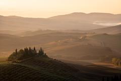 Val d'Orcia (Chris Buhr) Tags: orcia val san quirico toskana tuscany morning sunrise sonnenaufgang landschaft landscape golden hour goldene stunde goldener gold gutshaus haus leica m10