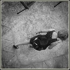 Visite guidée (Napafloma-Photographe) Tags: 2018 architecturebatimentsmonuments aveyron bandw bw bâtiments fr france géographie métiersetpersonnages objetselémentsettextures personnes techniquephoto blackandwhite boutique monochrome napaflomaphotographe noiretblanc noiretblancfrance photoderue photographe province reflet silhouette streetphoto streetphotography belcastel