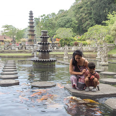"Greedy Fishes (Herve ""Setaou"" BRY) Tags: personne tamantirtagangga bali bassin art statue animal fontaine eau enfant poisson indonésie fountain indonesia kid people tirtaganggawaterpalace tirtagangga water"