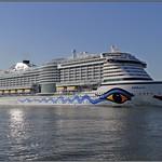 Cruiseschip AIDAPerla te Maassluis thumbnail