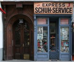 EXPRESS SCHUH-SERVICE (Wolfgang Bazer) Tags: lerchenfelder strase neubau altlerchenfeld wien vienna österreich austria schuhservice schuster cobbler cobblers shop shoemaker shoemakers haustür frontdoor