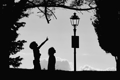Tuscany or Grimms' Fairy Tales - The Brother and the Sister (W_von_S) Tags: toscana toskana tuscany italien italia italy blackwhite sw sony sonyilce7rm2 civitellainvaldichiana arezzo kinder kids brüderchenundschwesterchen sister brother grimmsmärchen grimmsfairtytales himmel sky scherenschnitt silhouette baum wvons werner composition story geschichte august 2018 people menschen skancheli