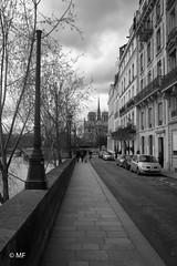 To Notre-Dame (MF[FR]) Tags: street sidewalk city paris îledefrance france noir et blanc notre dame black white île saint louis nuage clouds sky ciel samsung nx1