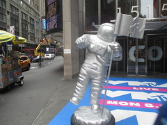 MTV Astronaut Award Guy Times Square NYC 7908 (Brechtbug) Tags: mtv awards silver styrofoam astronaut michelin man character guy hanging out times square nyc 2018 new york city 08192018 cable tv music television brand advertisement tire tires transportation balloon moon logo automotive flag advertising mascot cosmonaut spaceman space men helmet scifi science fiction moonman