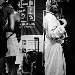 Unlimited Travel (Art de Lux) Tags: hamburg hauptbahnhof centralstation auskunft informationdesk menschen personen people koffer suitcase warten waiting hamburgcard travel rabatt discount candid schwarzweis blackandwhite sw bw artdelux deutschland germany summilux reise microfourthirds mft