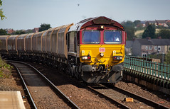 DBC Class 66/0 no 66096 at Mansfield Station on 12-09-2018 with demic coal hoppers from Worksop to Bescot (kevaruka) Tags: 66096 mansfield station dbc dbschenker class66 shed ews nottinghamshire composition locomotive coaltrain colour colours color colors sun sunshine sunny sunnyday summer september 2018 markettown red yellow blue green canon canoneos5dmk3 canon5dmk3 canonef100400f4556l 5d3 5diii 5d 5dmk3 trains train track networkrail britishrail flickr thephotographyblog frontpage telephoto telephototrains robinhoodline
