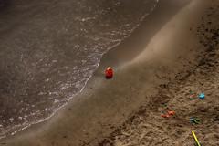 Y el niño? (candi...) Tags: playa arena juguetes cubo pala sonya77 agua ola airelibre