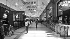Retiro (Raúl Alejandro Rodríguez) Tags: bn bw hall lobby estación station tren train ferrocarril railway arquitectura architecture retiro buenos aires argentina banderas flags