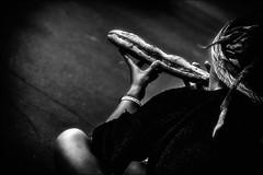 Flûte de pain... (vedebe) Tags: musique ville city rue street urbain urban humain human femme noiretblanc netb nb bw monochrome gares gare